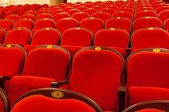 Filas de las sillas rojas del auditorio para la impresión imagen de archivo