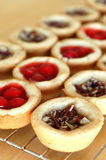 Filas de las tartas de la empanada de la cereza y de pacana Fotografía de archivo libre de regalías
