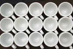 Filas de las tazas blancas Fotografía de archivo