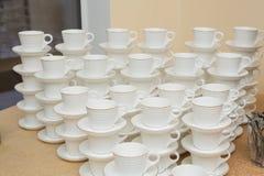 Filas de las tazas del café o de té para el fondo Fotografía de archivo libre de regalías