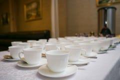Filas de las tazas del café o de té para el fondo Fotografía de archivo