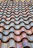 Filas de las tejas de tejado viejas fotos de archivo