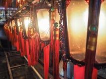 Filas de linternas chinas de madera y de cristal tradicionales Fotos de archivo libres de regalías