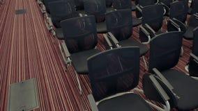 Filas de los asientos negros vacíos del terciopelo dentro de una sala de seminarios Centro de educación para los hombres de negoc metrajes