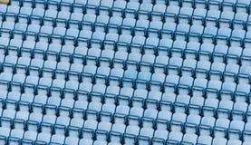 Filas de los asientos plásticos azules del estadio imágenes de archivo libres de regalías