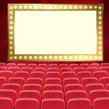 Filas de los asientos rojos del cine o del teatro delante de la pantalla en blanco negra Auditorio vac?o ancho del cine con los a ilustración del vector