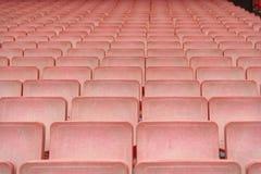 Filas de los asientos rojos del estadio fotografía de archivo