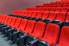 Filas de los asientos rojos vacíos del terciopelo Imagenes de archivo