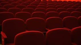 Filas de los asientos rojos vacíos del terciopelo dentro de un teatro o de una ópera almacen de video