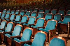Filas de los asientos vacíos del teatro Imágenes de archivo libres de regalías
