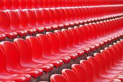 Filas de los asientos vacíos rojos del estadio fotos de archivo