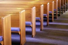 Filas de los bancos de la iglesia en un santuario vacío de la iglesia Fotos de archivo