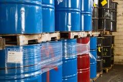 Filas de los barriles de aceite apilados Fotografía de archivo libre de regalías