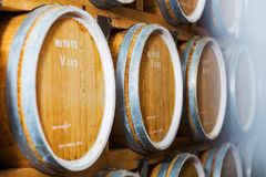 Filas de los barriles de vino en cámaras acorazadas en el lagar Imagenes de archivo