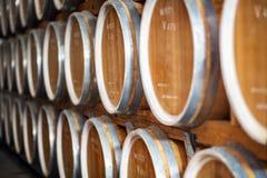 Filas de los barriles de vino en cámaras acorazadas en el lagar Imagen de archivo libre de regalías