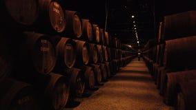 Filas de los barriles de vino