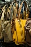 Filas de los bolsos de cuero en tienda. Fotografía de archivo libre de regalías