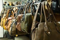 Filas de los bolsos de cuero en tienda. Fotos de archivo libres de regalías
