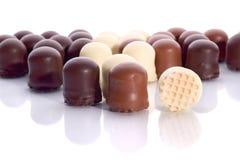 Filas de los caramelos de chocolate de la crema batida Fotos de archivo libres de regalías