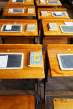 Filas de los escritorios de la escuela vieja Fotos de archivo libres de regalías