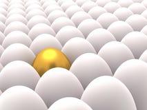 Filas de los huevos blancos con un huevo de oro entre Imágenes de archivo libres de regalías