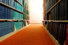 Filas de los libros de la biblioteca Fotos de archivo