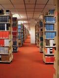 Filas de los libros de la biblioteca Foto de archivo libre de regalías