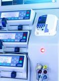 Filas de los paneles del equipamiento médico moderno, de la profundidad que empaña del campo, de monitores y del primer de las ll Foto de archivo