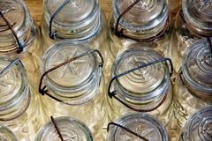 Filas de los tarros de albañil imágenes de archivo libres de regalías