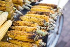 Filas de mazorcas de maíz asadas a la parrilla, amarillas fotos de archivo libres de regalías