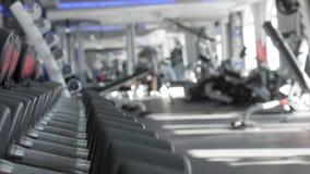 Filas de pesas de gimnasia en el gimnasio almacen de video