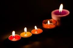 Filas de quemar velas coloridas Fotografía de archivo libre de regalías