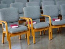 Filas de Seat con las biblias en la iglesia Imagen de archivo libre de regalías