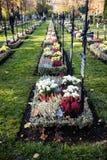 Filas de sepulcros con las flores Imagen de archivo