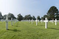 Filas de sepulcros en el cementerio americano, en Normandía, Francia septentrional Fotografía de archivo