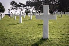 Filas de sepulcros en el cementerio americano, en Normandía, Francia septentrional Imagen de archivo libre de regalías