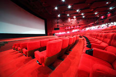 Filas de sillas cómodas en cine Fotos de archivo