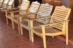 Filas de sillas de madera en templo tailandés Foto de archivo