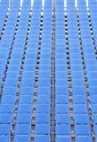Filas de sillas plásticas azules Imagen de archivo libre de regalías