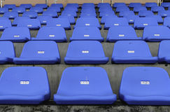 Filas de sillas plásticas vacías azules Imagenes de archivo