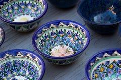 Filas de tazas con el ornamento tradicional de Uzbekistán, Bukhara, Uzbe Foto de archivo libre de regalías
