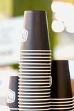 Filas de tazas marrones al revés de la cartulina para las bebidas, vajilla disponible para el caffee, camiseta, inexistente abstr Fotografía de archivo libre de regalías
