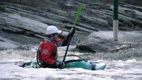 Filas de un kayaker enfrente del río en la cámara lenta almacen de metraje de vídeo