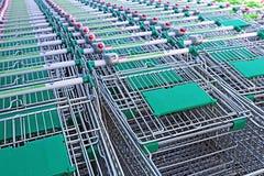 Filas de una pluralidad de carretillas de las compras en un supermercado Foto de archivo