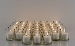 Filas de velas votivas Fotografía de archivo libre de regalías