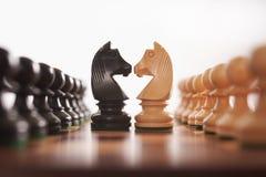 Filas del ajedrez de empeños con el caballero Fotografía de archivo