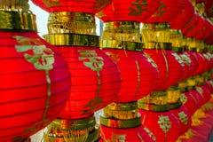 Filas del color rojo brillante de la linterna china Foto de archivo