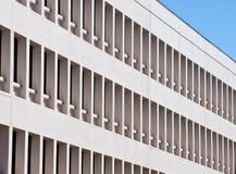 Filas del conjunto de Windows en el edificio blanco Imagen de archivo libre de regalías