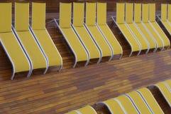 Filas del deckchair amarillo Imagenes de archivo