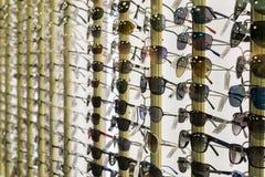Filas del diseñador Consumer Sunglasses Imágenes de archivo libres de regalías